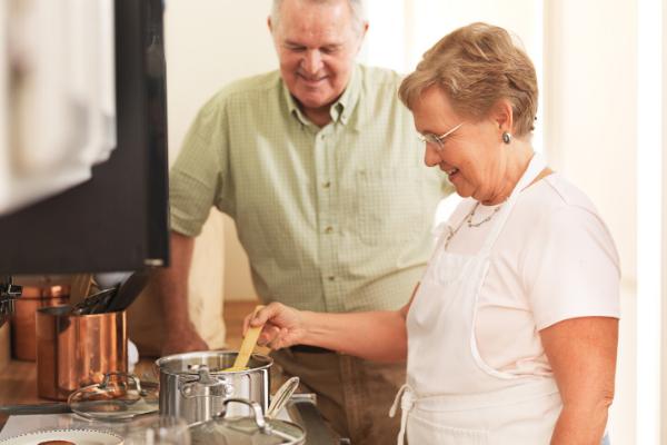 summer-activities-for-seniors-elderly-couple-cooking