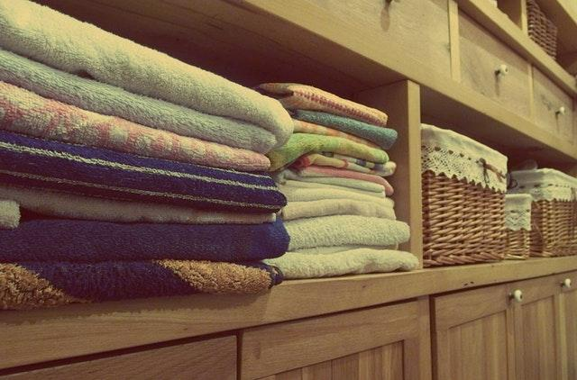 spring-cleaning-organzied-linen-cabinet